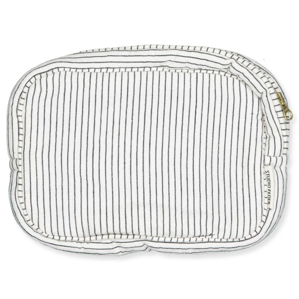 Black pin stripe toilettaske